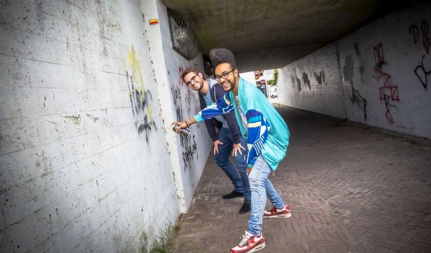 Pjotr Compiet (23) en Sander Loete (25) geven het fietstunneltje aan de Graauwse Poort in Hulst een make-over.