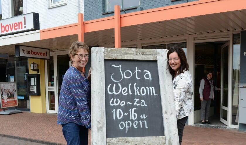 JOTA is in vijf jaar tijd uitgegroeid tot een begrip in de streek, links bestuurslid Joke Steeneveld, rechts jongerenwerker Roeli Donker. Foto Peter Verdurmen