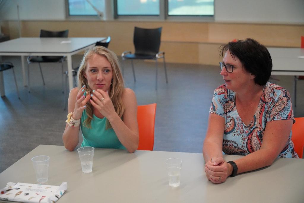 Docent Esther Makop (l) en uitgever Esther van der Ham (r) Foto: Alex De Vliegere © hbnieuws