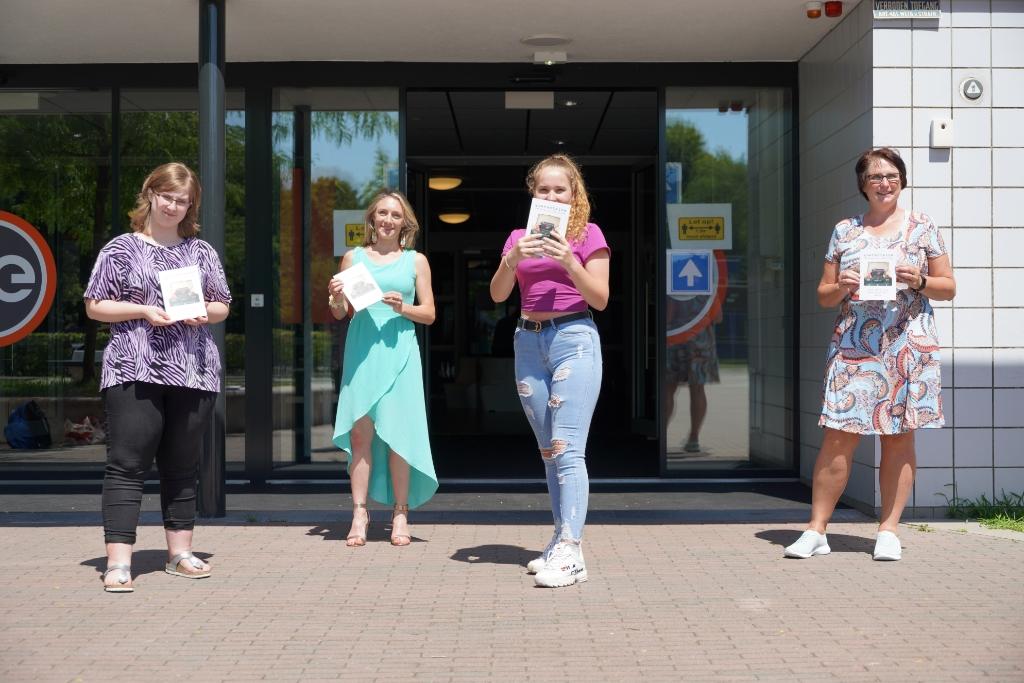 Van links naar rechts: Femke, docent Esther Makop, Jannyta en uitgever Ester van der Ham Foto: Alex De Vliegere © hbnieuws