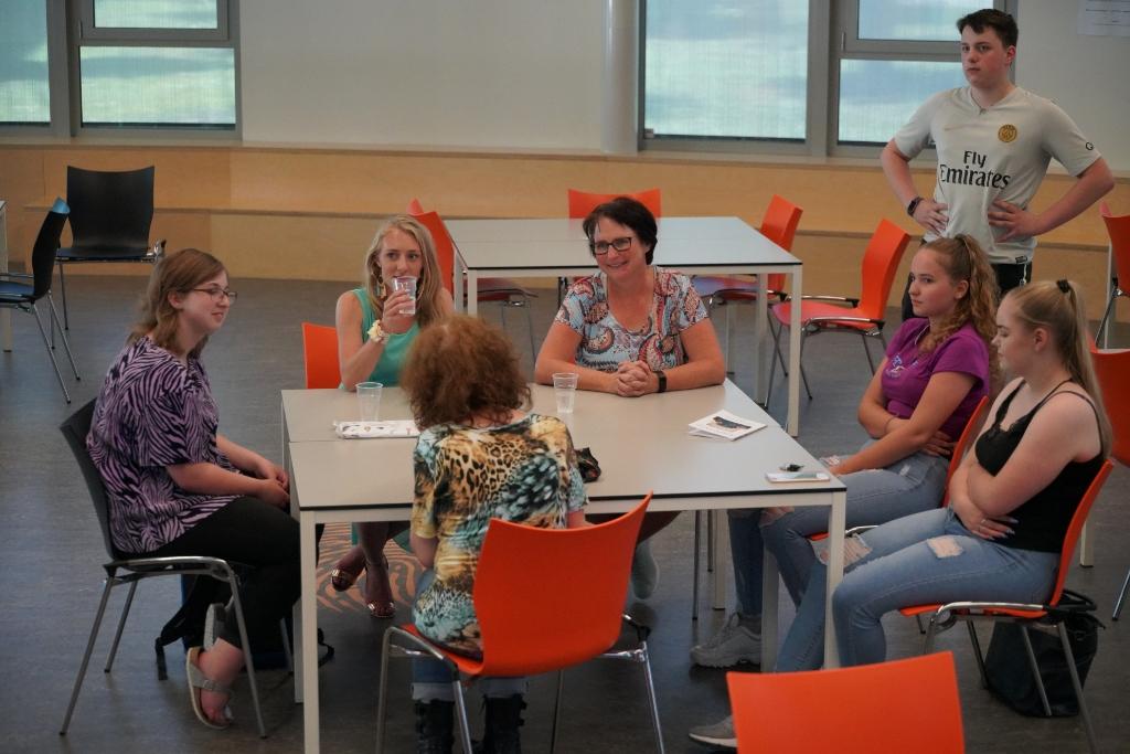 Van links naar rechts: Femke,  docent Esther Makop, uitgever Esther van der Ham, Bauke, Jannyta en haar vriendin. Op de voorgrond uw redacteur Foto: Alex De Vliegere © hbnieuws
