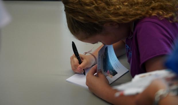 Jannyta signeert de verhalenbundel Foto: Alex De Vliegere © hbnieuws