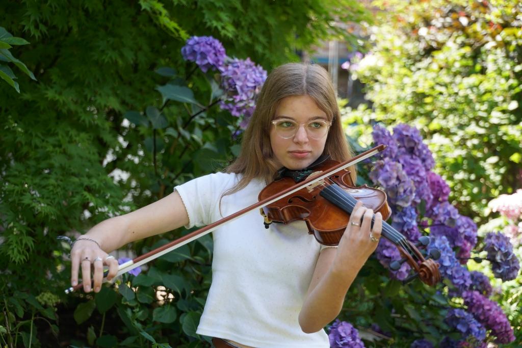Eline wil haar eigen muziek componeren Foto: Alex De Vliegere © hbnieuws