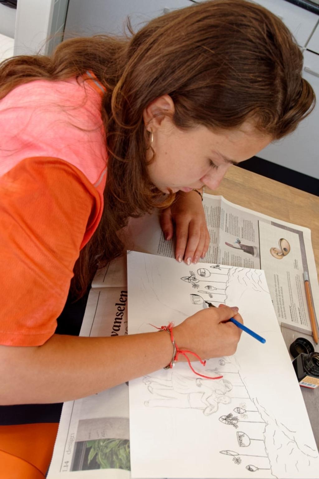 Eva vindt het leuk om samen met een groep te tekenen. Lex Heijtveldt © hbnieuws