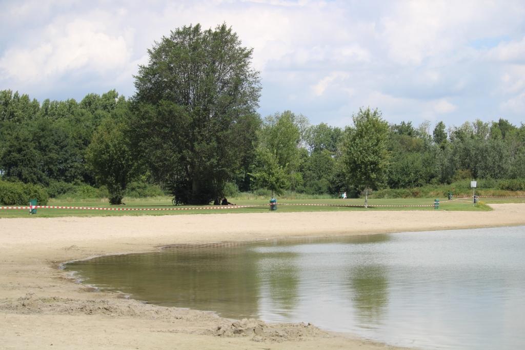 <p>Asterdplas stil en verlaten, verboden te zwemmen</p> <p>Foto: Bert van Gerven</p> © hbnieuws