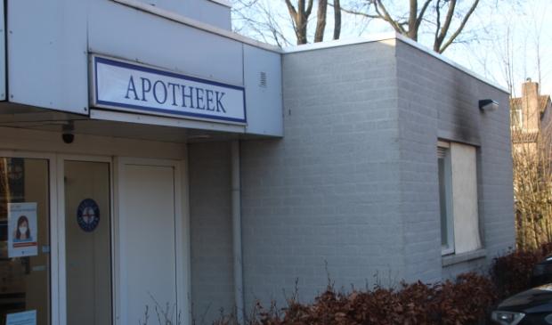 <p>Apotheek Haagse Beemden met rechts in beeld het dichtgetimmerde raam.</p>