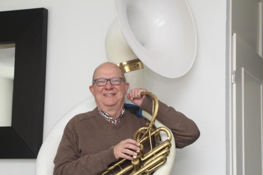 <p>Fred met zijn sousafoon waarop hij bij Qwitnix?! speelt</p> foto: Ton van Doorn © hbnieuws