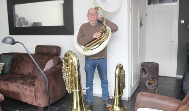 <p>Fred te midden van zijn muziekinstrumenten&nbsp;</p>