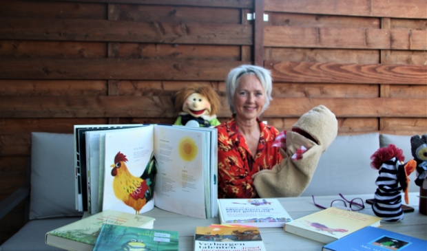 <p>Astrid zet vooral de kunstvorm literatuur in om mensen te verbinden met kunst</p>