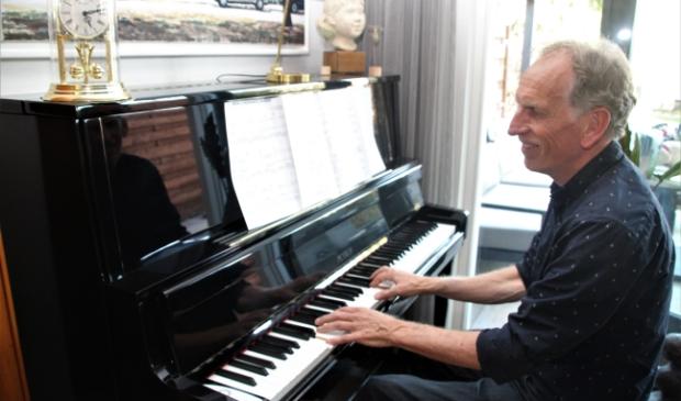 <p>Michel heeft een passie voor het pianospelen</p>