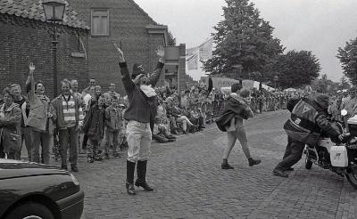 Un, deux, trois: allez! Een heuse 'Napoleon' zweept het publiek op tijdens Ville de Tap op 30 juni 1996. (Foto: Gerard Schalkx).