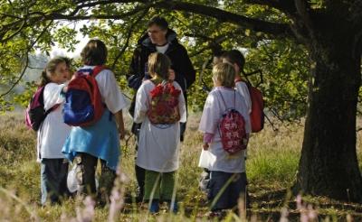 <p>In natuurbelevingsprogramma Het Bewaarde Land gaan vrijwilligers op stap met basisschoolkinderen om hen de natuur te laten ontdekken.</p>
