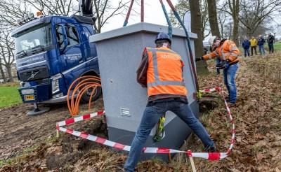 Met de plaatsing van een zogeheten POP-kast werd enkele weken geleden de basis gelegd voor een supersnelle glasvezelverbinding in het buitengebied van Boxtel. (Foto: Peter de Koning).
