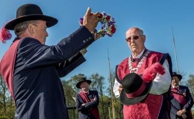 Hoofdman Jacques Habraken toont de bloemenkroon die de hoed van de nieuwe gildekoning Guus Eltink (rechts) zal sieren. (Foto: Peter de Koning).