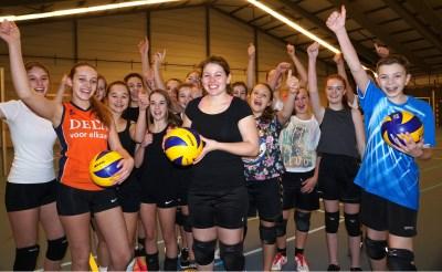 Nienke Bosma poseert met een grote groep speelsters in de Blox-hal van sportcomplex De Braken. De Boxtelse houdt een volleybaltoernooi ten bate van haar reis met het Jacob-Roelandslyceum naar Bolivia. (Foto: Albert Stolwijk).