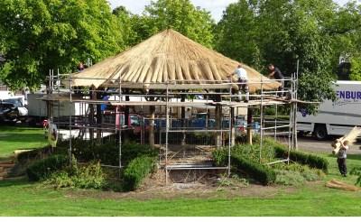 Tijdens de restauratie kreeg de muziekkiosk in het Liempdse Concordiapark eind augustus ook een nieuwe rieten kap. (Foto: Albert Stolwijk).