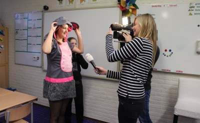 Lieke Doggen, jeugdprinses van Oggelvorsenpoel, wordt geïnterviewd door het Jeugdjournaal.