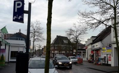 De parkeerautomaten in de Stationsstraat verdwijnen. Hier komt een blauwe zone. (Foto: Henk van Weert).