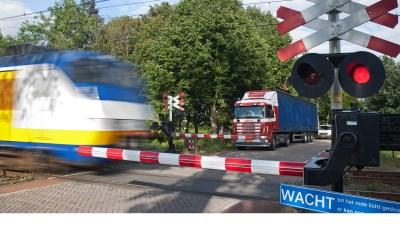 De spoorwegovergang Runsdijk in Esch. (Archieffoto: Peter de Koning).