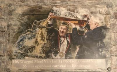 Prins Donald V doopt samen met oud-prins Jand d'n Allerurste het beeldje 'Hé, Waggel Mee!' in december 2017 met elf liter bier.