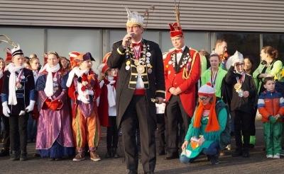 Prins Peer II van Eendengat houdt een toespraak voorafgaand aan de eendeverbranding in 2017.