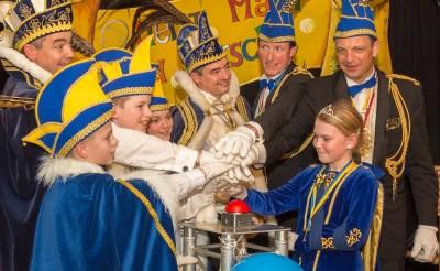 Om het carnavalsfeest te openen, mochten prins Populus I & II, jeugdprins Jenske en jeugdprins Sennie zaterdag op een rode knop drukken in ploegerspaleis Het Hof. Twee dagen later werden de winnaars van de jaarlijkse loterij bekend gemaakt. (Foto: Hans van Doorn).???????