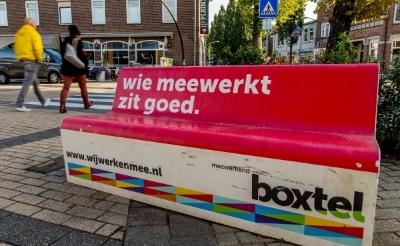 <p>Wie meewerkt zit goed. Zitbankjes op diverse plekken in Boxtel dragen het motto uit waarmee het gemeentebestuur burgers en organisaties oproept een bijdrage te leveren aan een betere leefgemeenschap. (Foto: Peter de Koning).</p>