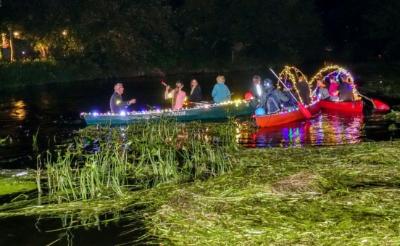 Met feëeriek verlichte kano's in het donker over de rivier peddelen zit er dit jaar niet in.