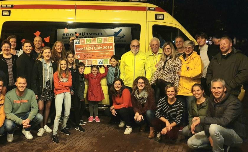 Medewerkers van de WensAmbulance, samen met het winnende team en de Knoestjes. Foto: Bas vd Bersselaar