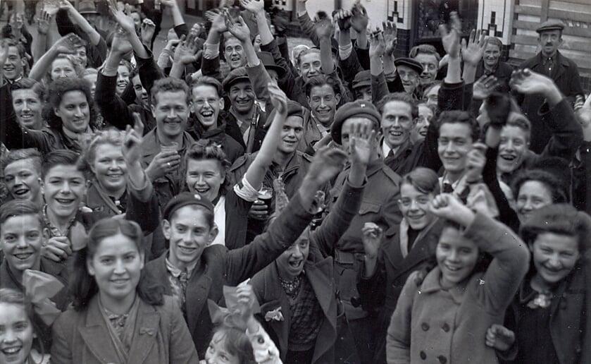 Boxtelaren vieren de bevrijding op de Markt in Boxtel in oktober 1944 (foto: Beeldbank Heemkunde Boxtel)