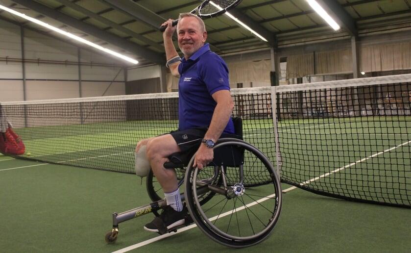 Na een ernstig motorongeluk verloor Riens van Raaij zijn onderbeen en sportief als hij is, ging hij rolstoeltennisen. Foto: Wendy van Lijssel