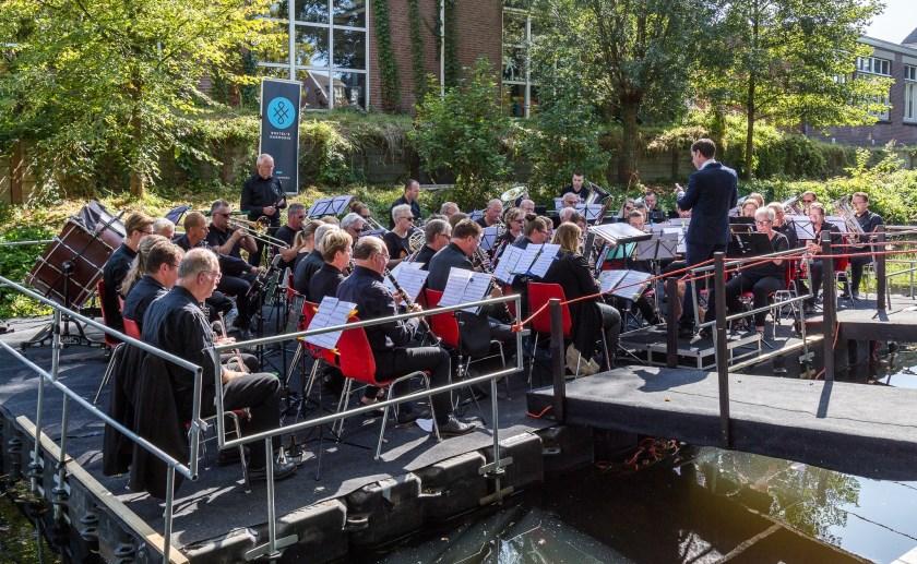 Tijdens het pontonconcert op de Dommel liet Boxtel's Harmonie al iets horen  van muziek uit One Night Only. (Foto: Hans van Doorn).
