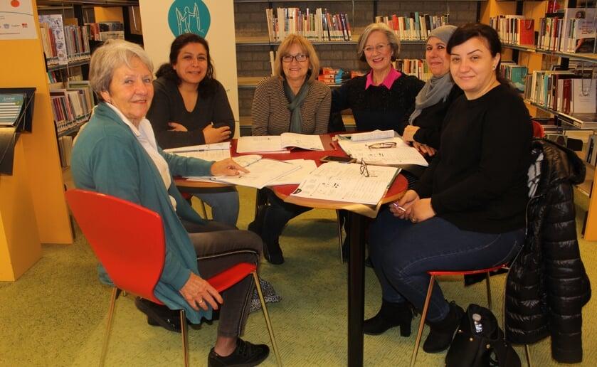 Jola Wouterse (4e van links) coördineert de Taalmaatjes van de bibliotheek en wordt daar blij van. Foto Wendy van Lijssel