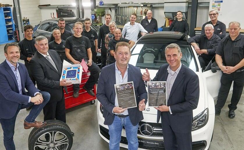 Sander Heikens reikte het certificaat uit. Het hele team van het bedrijf is uiteraard erg tevreden.