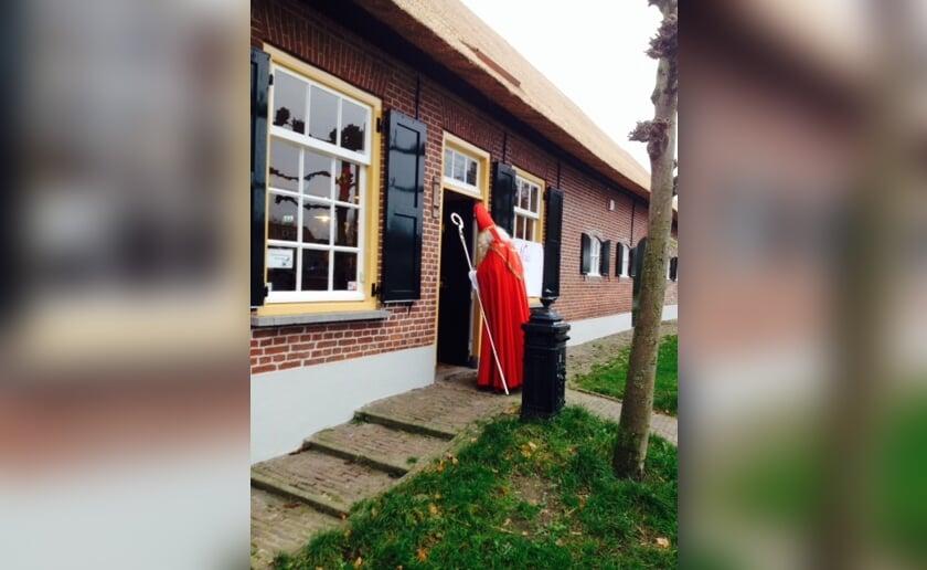 De Sint maakt zijn opwachting bij Kinderboerderij Boxtel.
