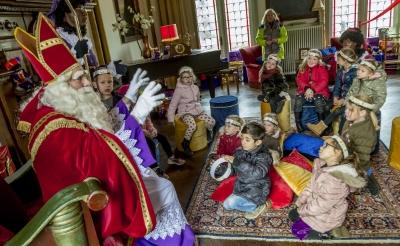 <p>Dit tafereel is dit jaar niet te zien. De schoolbezoeken in het kader van Stapel op Sint gaan in 2020 niet door.&nbsp;</p>