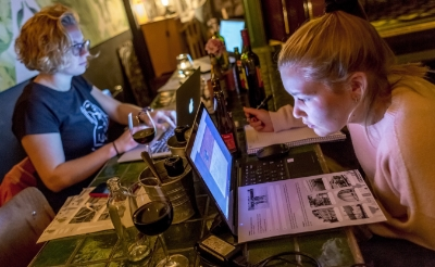 <p>Geconcentreerd bestuderen deze deelnemers aan De Bokselse Kwis van 2019 op de laptop vragen. (Foto: Peter de Koning).</p>