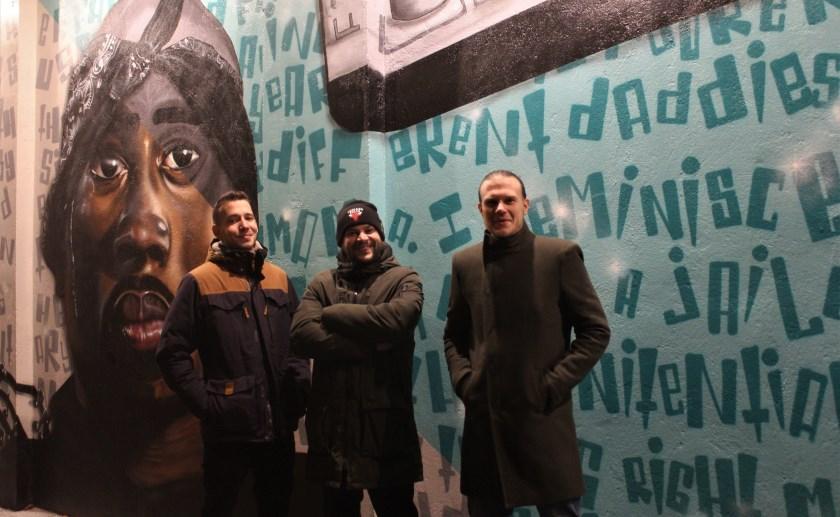 Jan, Mitch en Paul waren de afgelopen maanden doende met het verfraaien van de doorgang bij het Muziekhuis. Foto Wendy van Lijssel