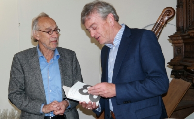 <p>Ter gelegenheid van de tachtigste verjaardag van Victor Vroomkoning (links) werd in 2019 in het protestants kerkje van Boxtel een bundel gepresenteerd waarin vrienden de 120 mooiste gedichten samenbrachten. Waarnemend burgemeester Fons Naterop nam het eerste exemplaar van het boek destijds in ontvangst.&nbsp;</p>