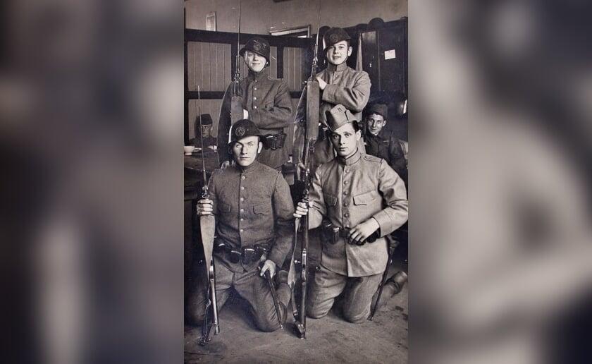 Nederlandse soldaten met Hembrug karabijn No. 4 tijdens de mobilisatie 1939-1940. Foto: Beeldbank Heemkunde Boxtel