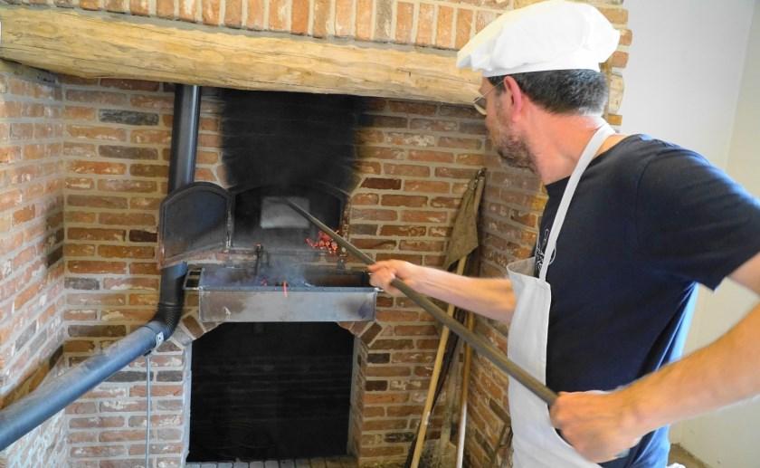 In het gerestaureerde bakhuisje bij D'n Liempdsen herd wordt vers brood gebakken. Foto: Ruud van Nooijen