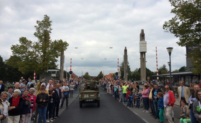 Operatie Market Garden wordt herdacht met twee grote colonnes van honderden originele legervoertuigen.