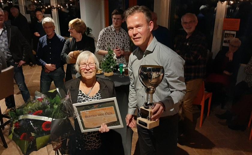 Bertha van Dijk en voorzitter Martin van der Broek. Foto: AV Marvel