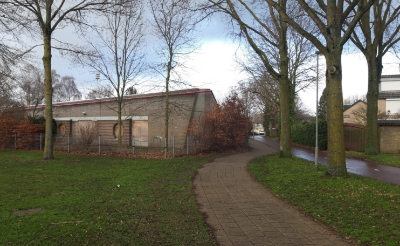 <p><em>Op de plek van deze voormalige basisschool wil woonstichting Joost een appartementencomplex met sociale huurwoningen realiseren. (Foto: Henk van Weert).</em></p>