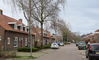 <p>Blik op de huurhuizen met oneven huisnummers in de Jan van Brabantstraat. De twee meest linkse blokken (huisnummer 17 tot en met 27) worden op termijn gesloopt om plaats te maken voor nieuwbouw.</p>