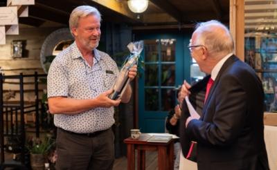 <p>Henk Renders (links) kreeg een flesje wijn van Maarten Roelofs Heyrmans die op zijn beurt weer het eerste boek in ontvangst nam. (Foto: Daisy Renders).</p>