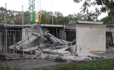 <p>Gistermiddag stortte een deel van een in aanbouw zijnde woning in het plan Petershof aan de Schijndelsweg in. Er vielen geen gewonden.</p>