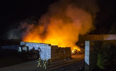 <p>Er woedde gisteren een fikse brand bij het recyclingpark aan de Schouwrooij van Henk Wagenaars.&nbsp;</p>