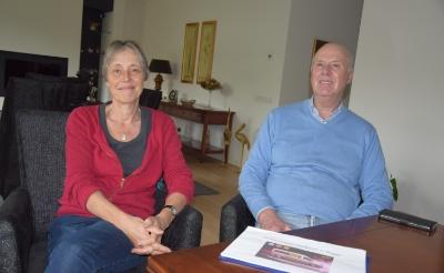 <p>Vrijwilliger Tineke Nuesink van KBO Boxtel en voorzitter Kees de Waal van de coöperatie Ouderen in Regie zetten zich in voor een seniorenbus. Kosten: 60.000 euro voor drie jaar. (Foto: Pål Jansen).</p>