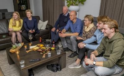 <p>Lijsttrekker Mari&euml;lle van Alphen met haar gezin en ouders tijdens de verkiezingsavond die live te zien was op Omroep Dommelland. (Foto: Peter de Koning).</p>